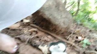 जंगल मे  झाड़ी औ के बिच पिषाप करने का आलग ही मजा है। और चुत के बाल निकालनेका